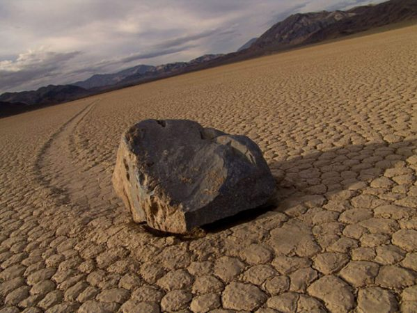 Ползущий камень в пустыне
