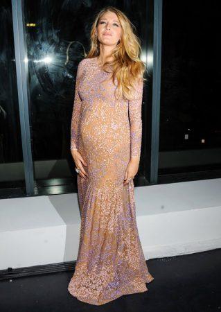 Беременная Блейк Лайвли в платье Michael Kors