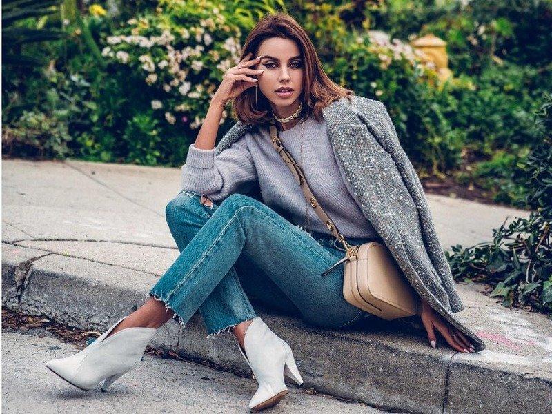 модная девушка сидит на тротуаре