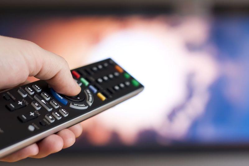 Телеведущая оказалась полуголой в прямом эфире