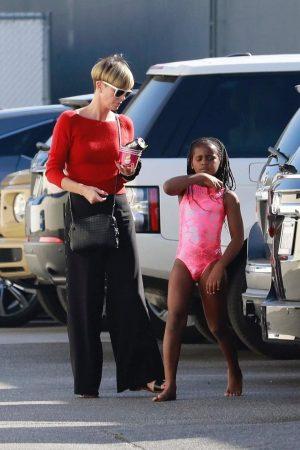 Актриса Шарлиз Терон вывела сына на улицу в женском купальнике