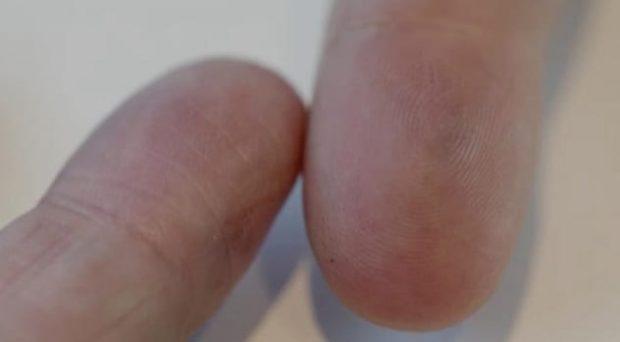 Палец с отпечатками и без
