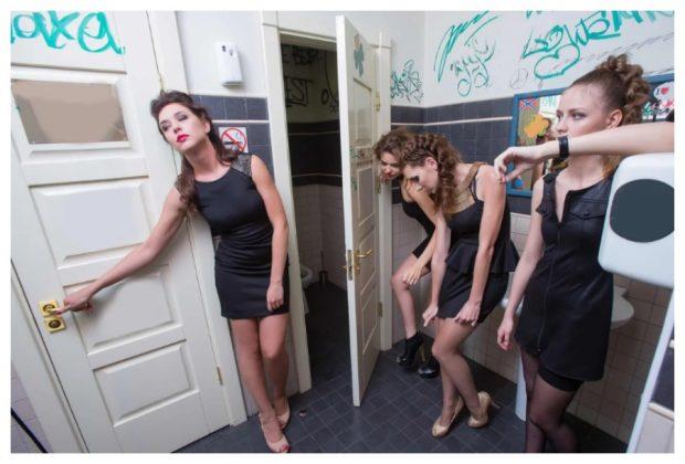 Девушки в чёрных платьях в туалете
