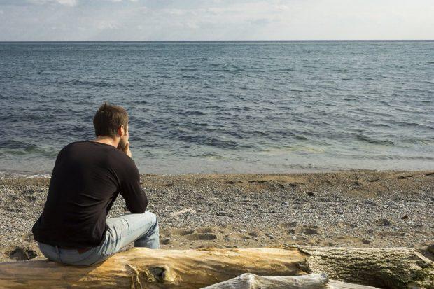 мужчина на берегу моря