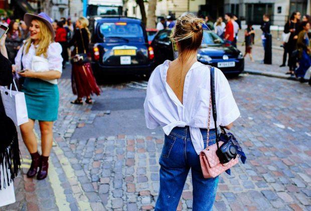 девушка в просторной белой рубашке