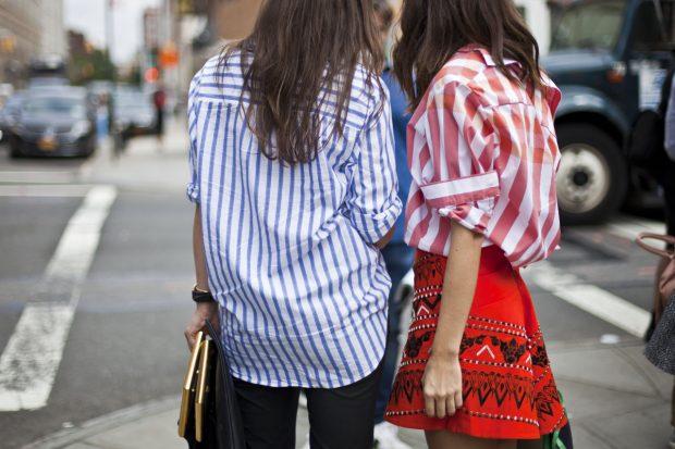 девушки в полосатых рубашках