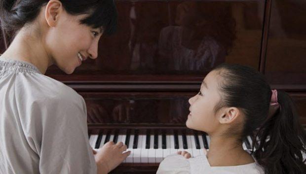Мама и дочь за фортепиано