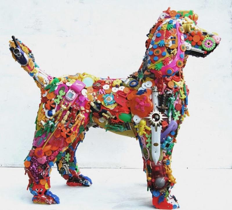 Скульптура собаки из детских игрушек