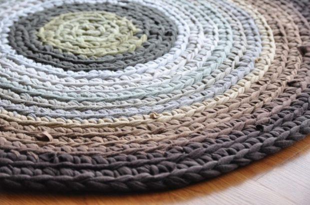 Вязаный коврик из старой одежды