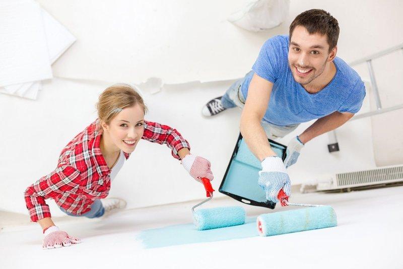 Семья делает ремонт