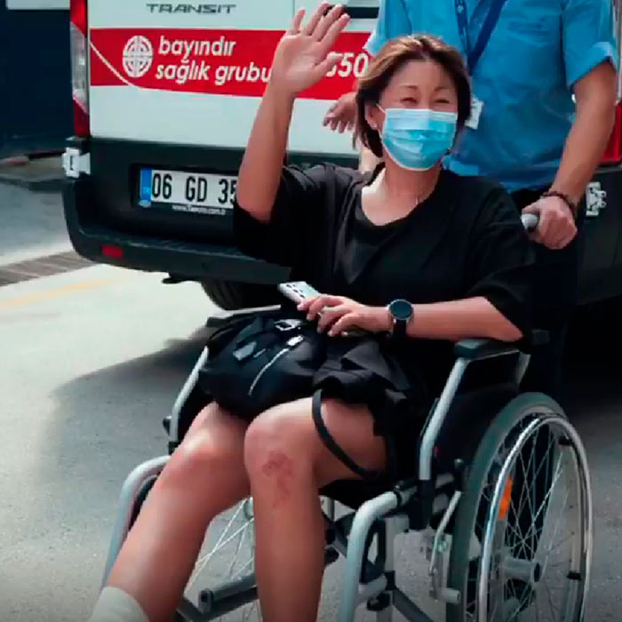 Певица Анита Цой в инвалидной коляске
